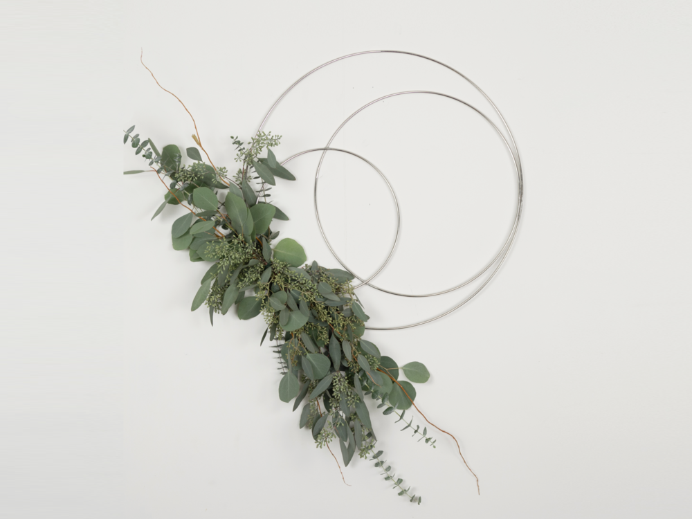 A-Minimalist-Modern-Wreath-For-your-holiday-decorating-made-with-Silver-macrame-hoops